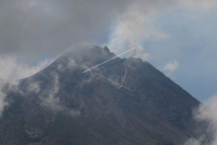 Gunung Merapi mengeluarkan asap putih