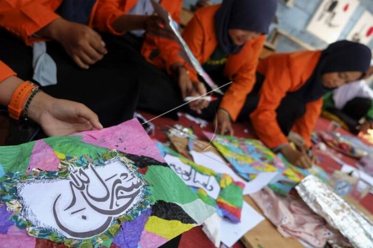 Membuat kaligrafi dari limbah plastik