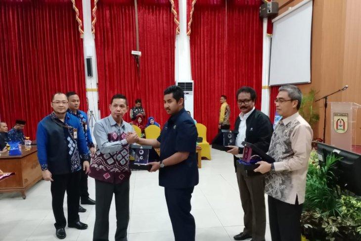 Ketua DPRD terima cinderamata dari program KPR