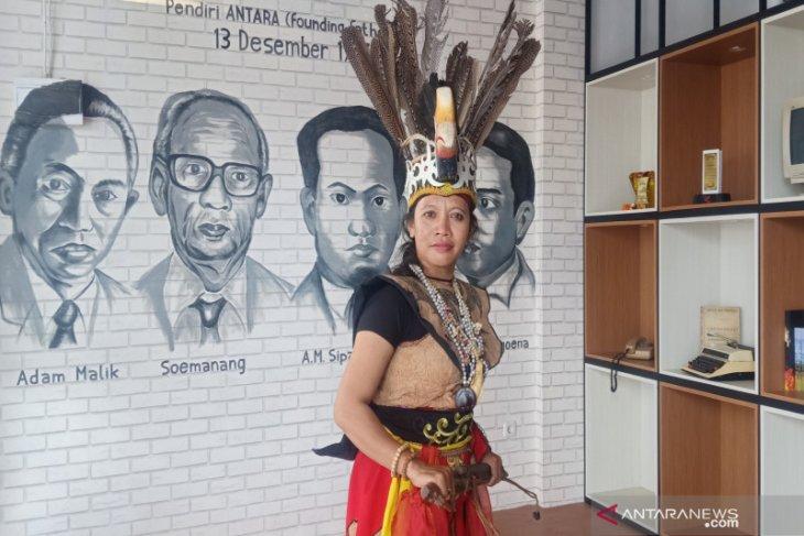 Hayatun tak lelah kenalkan seni budaya Dayak Deyah ke penjuru nusantara