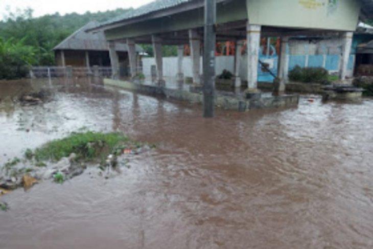 Banjir terjang Desa Sumi Bima, puluhan rumah terendam