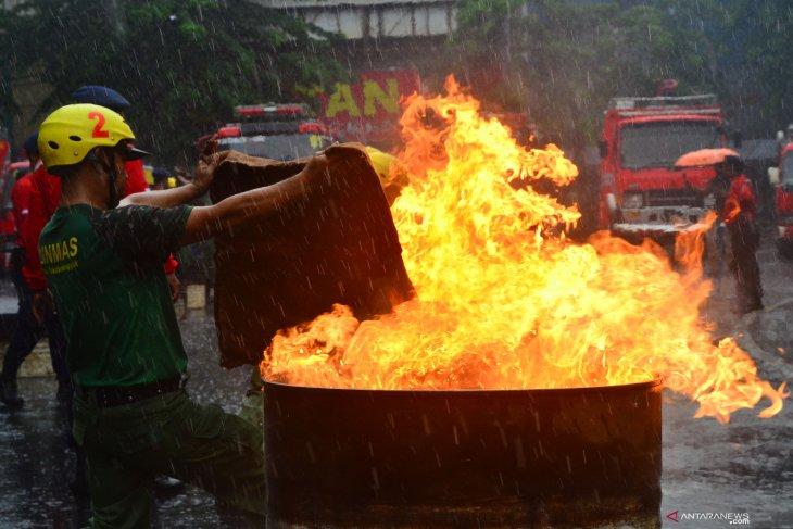 Lomba pemadam kebakaran Satlinmas