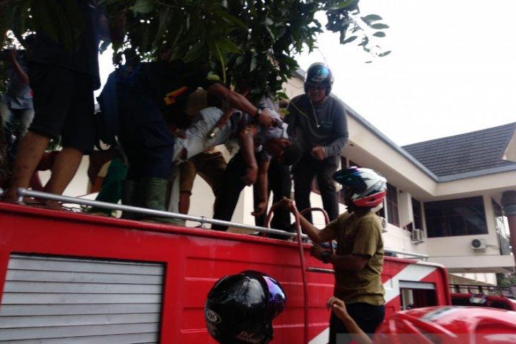 Petugas kebersihan Dinas PPK Maluku pingsan tersengat listrik