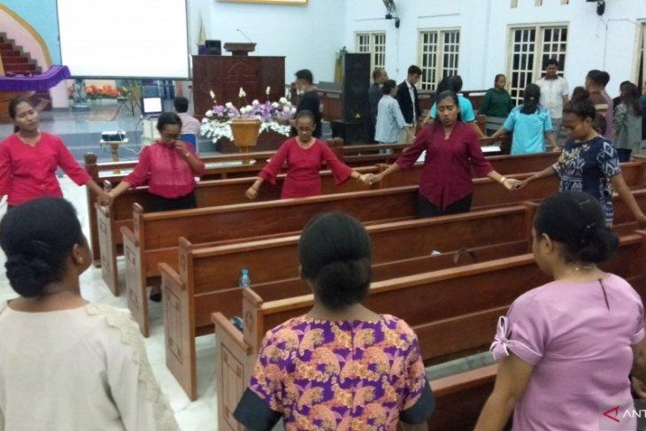 Pemuda gereja berdoa untuk pemulihan Indonesia