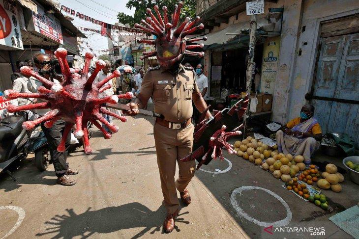 Begini cara polisi di India imbau warga untuk tetap jaga jarak aman