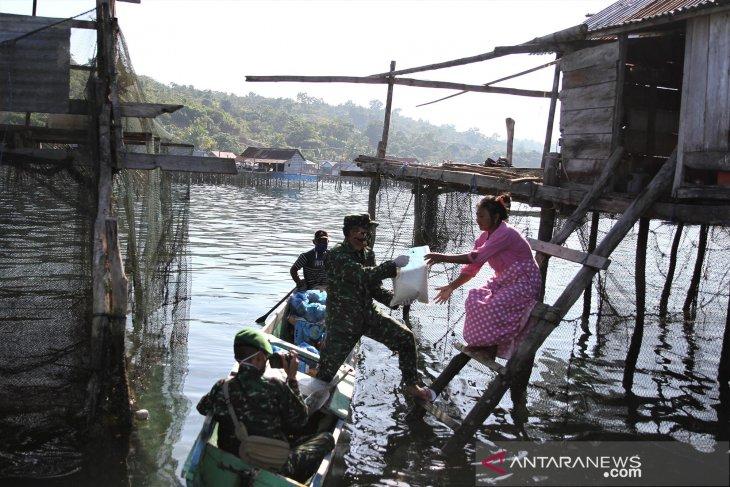 Bantuan sembako untuk suku Bajo