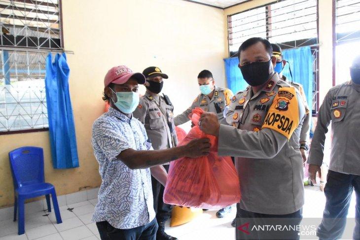 Polda Papua Barat salurkan bantuan pangan kepada warga