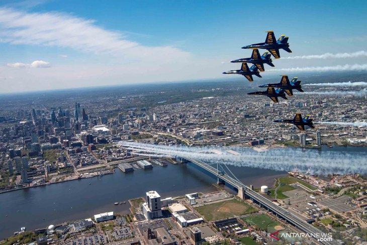 Bird eye view aksi terbang lintas pesawat tempur AS