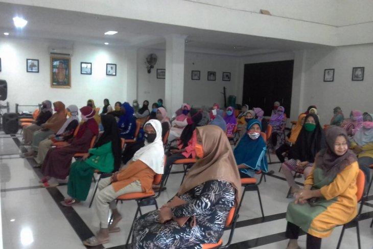 Yayasan As Syifa salurkan zakat ke petugas kebersihan di Kota Ternate