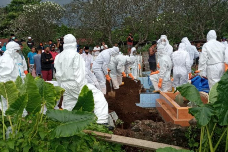 Keluarga pensiun ASN di Ternate persoalkan pemakaman dengan protokol COVID-19