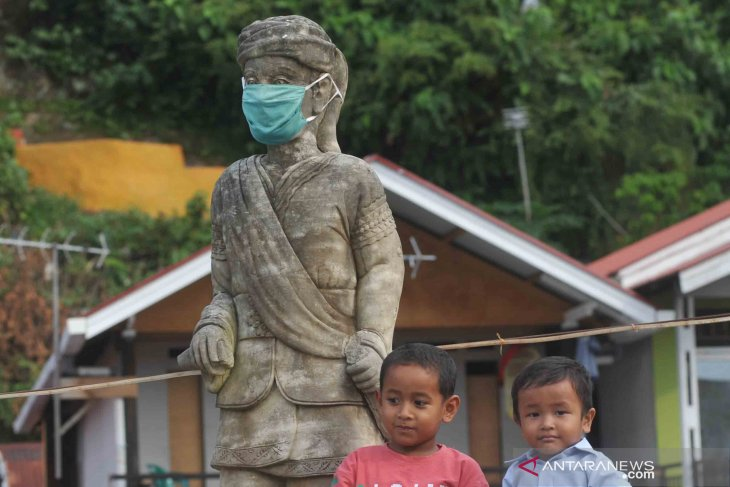 Jadi pengingat masyarakat, patung Syamsul Bahri dipasangi masker
