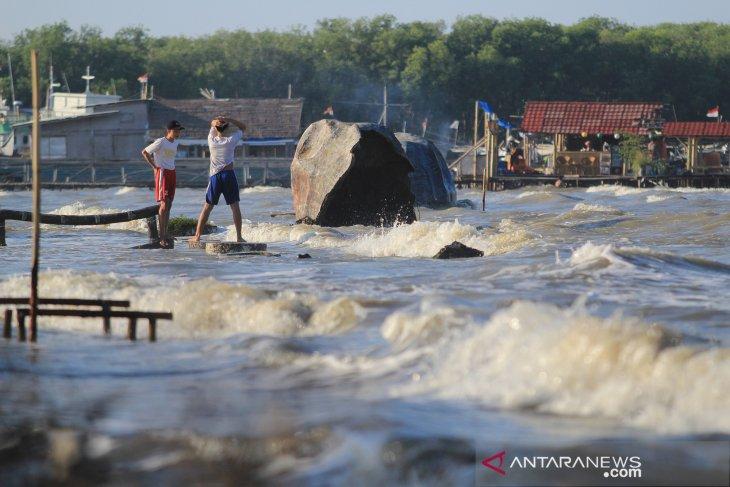 Gelombang tinggi picu banjir rob di pantai Karangsong Cirebon
