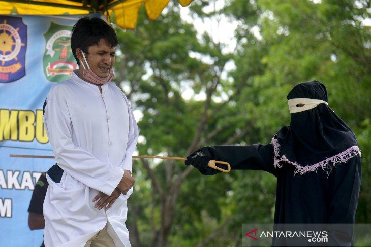 Hukuman cambuk bagi pelanggar syariat Islam di Aceh