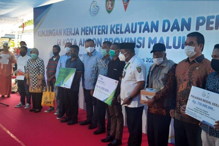 KKP serahkan 1.000 paket sembako kepada nelayan imbas COVID – 19 di Ambon