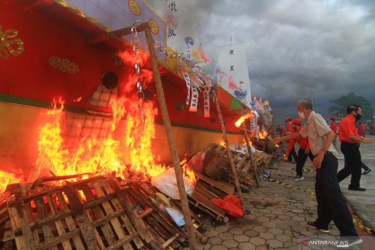 Tradisi bakar Wangkang di Kabupaten Kubu Raya