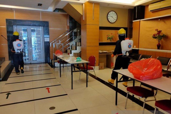 Brimob Polda Maluku sterilkan lokasi karantina pasien COVID-19 di Kota Ambon