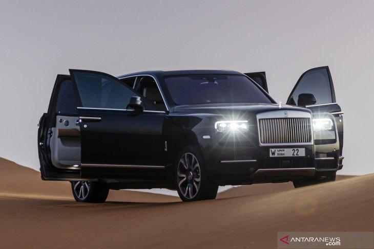 Rolls-Royce Cullinan menjelajah gurun pasir 1