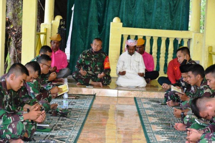 Prajurit Korem 152/Babullah ziarah ke makam pahlawan Sultan Babullah
