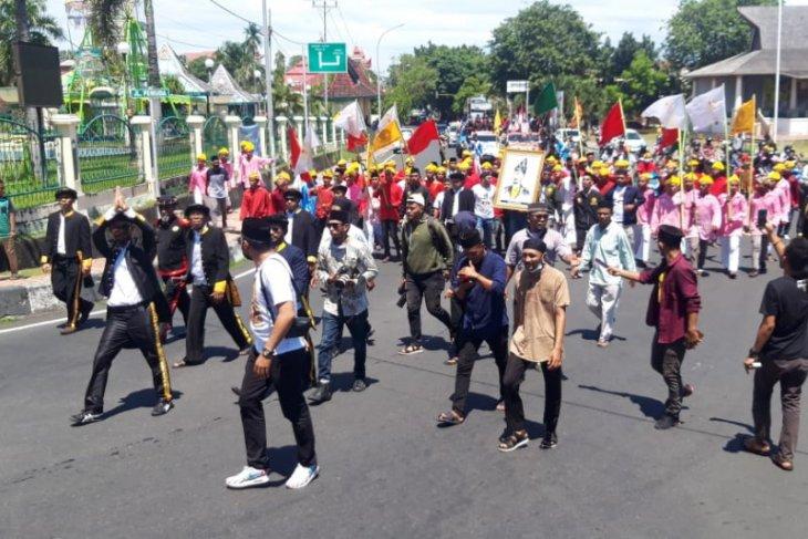 Warga Ternate antusias sambut piagam pahlawan nasional Sultan Baabullah