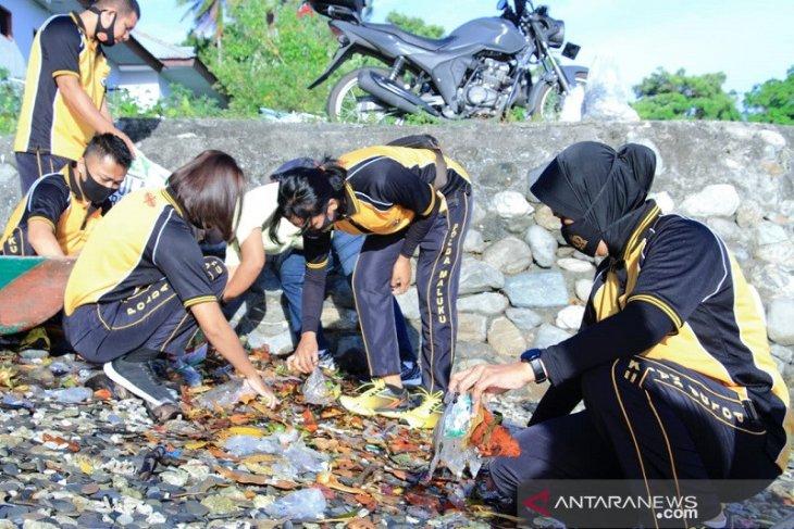 Polres Malteng bersama warga bersihkan objek wisata Pantai Kuako