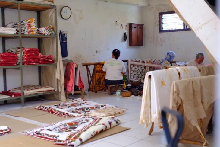 Mengantar karya perajin Garut dan Pekalongan jadi busana batik modern