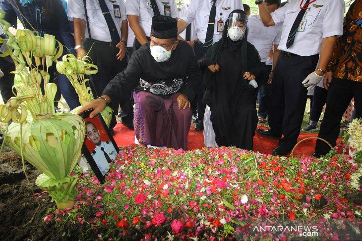 Pemakaman co-pilot NAM Air korban jatuhnya Sriwijaya Air SJ182