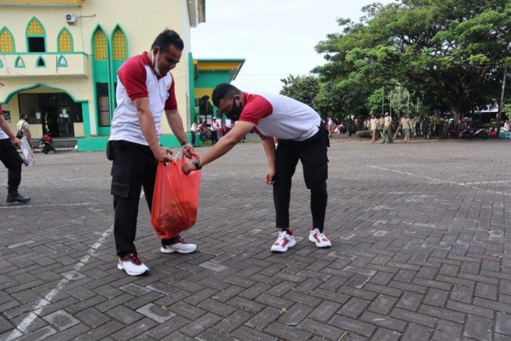Polri – TNI di Malut bersihkan fasilitas umum antisipasi penyebaran COVID-19