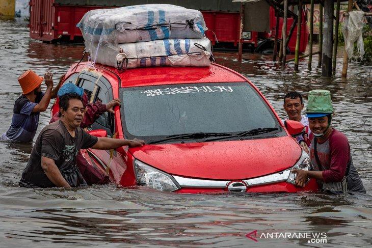 Jalur pantura Semarang terendam banjir hingga ketinggian 1,2 meter