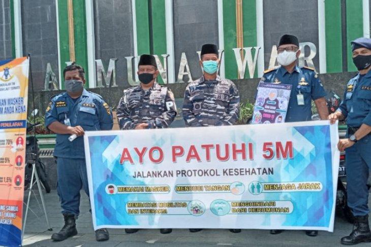 Lanal – KSOP Ternate bagikan masker gratis ke jamaah Masjid Al-Munawwar