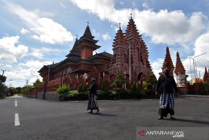 Pecalang berjaga saat pelaksaan Nyepi di Bali