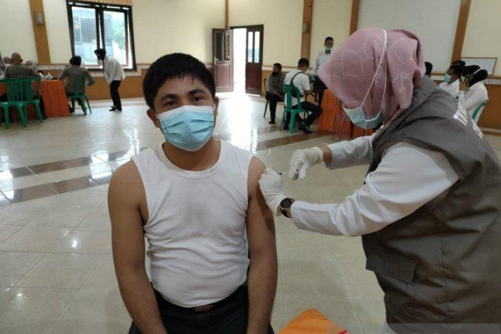 Ratusan Personil Kepolisian Disuntik Vaksin