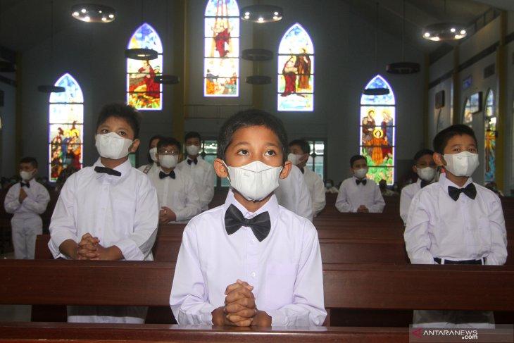 Terima komuni pertama di masa pandemi