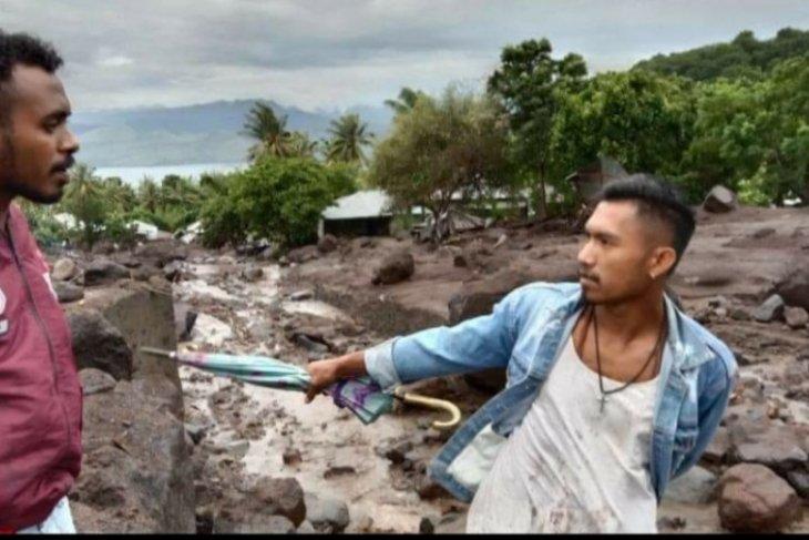 Pencarian korban longsor di Flores Timur terkendala alat berat