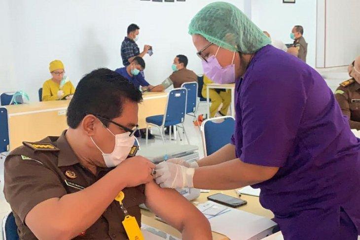 Ratusan ASN Kejati Maluku ikuti vaksinasi tahap dua