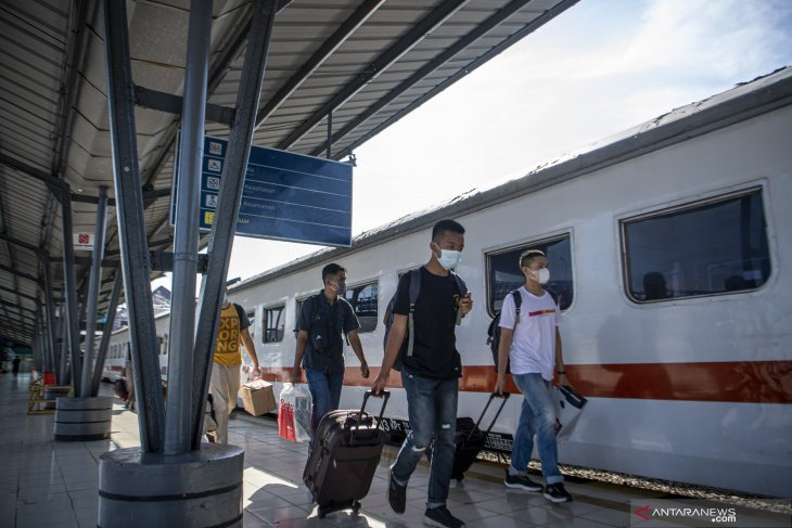 Hindari masa larangan mudik, sejumlah warga mudik awal dari Stasiun Kertapati Palembang