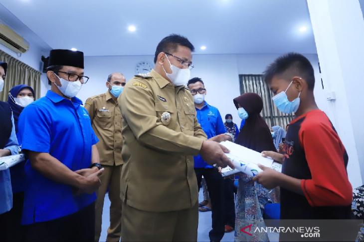 Aminullah salurkan santunan anak yatim dari PDAM Tirta Daroy thumbnail