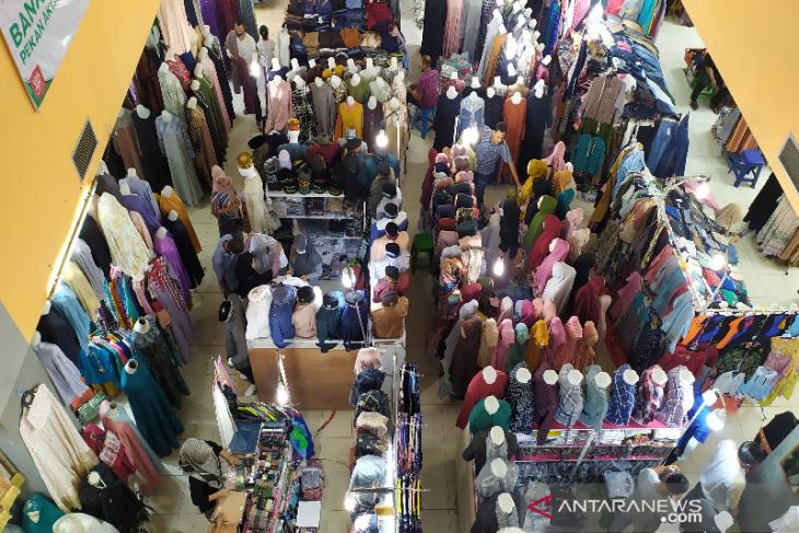 Jelang lebaran, pusat perbelanjaan di Banda Aceh dipadati pembeli thumbnail