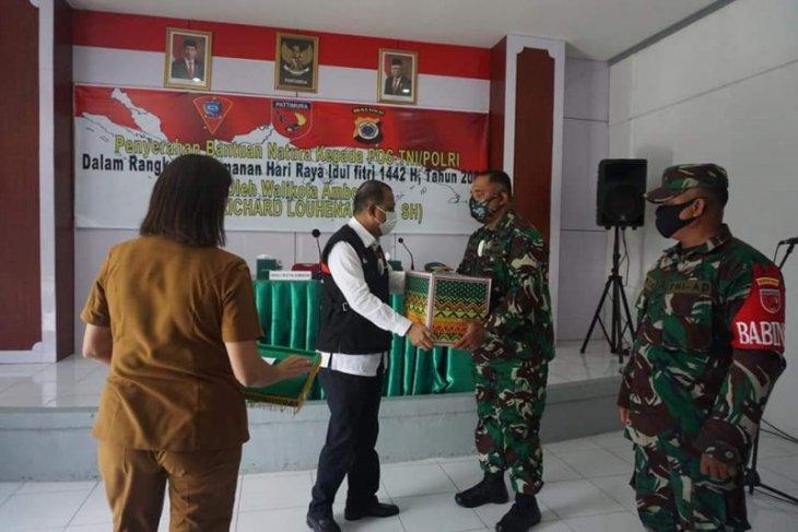 Pemkot Ambon serahkan paket kebutuhan pokok bagi TNI/ Polri
