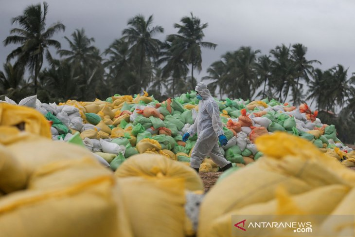 Tentara Sri Lanka pindahkan puing-puing MV X-Press Pearl yang terbakar dan tenggelam