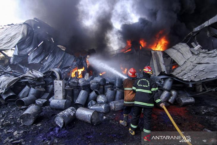 Kebakaran pabrik karung di Depok