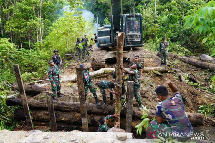 TNI dan Polri perbaiki Jembatan yang dirusak KNPB di Maybrat