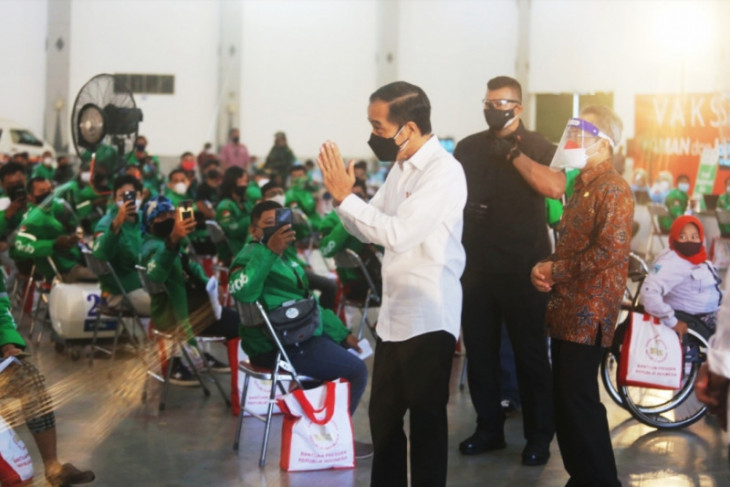 President inspects disabled-friendly Grab vaccination center