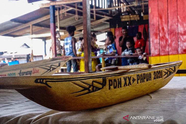 Replika perahu jadi cenderamata PON Papua