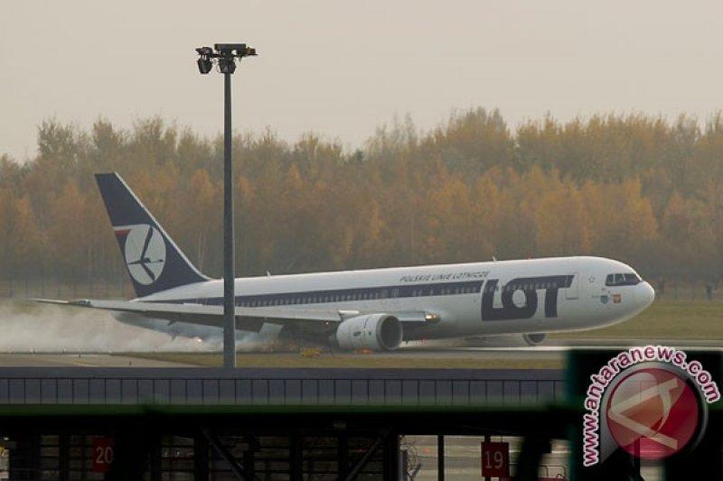 Pesawat angkut militer AS terbakar di bandara Irlandia