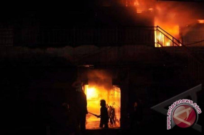 Petugas kesulitan padamkan kebakaran Pasar Turi Surabaya