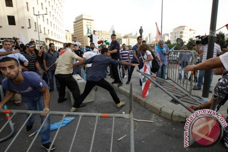 Polisi menembakkan gas air mata demonstran di Beirut
