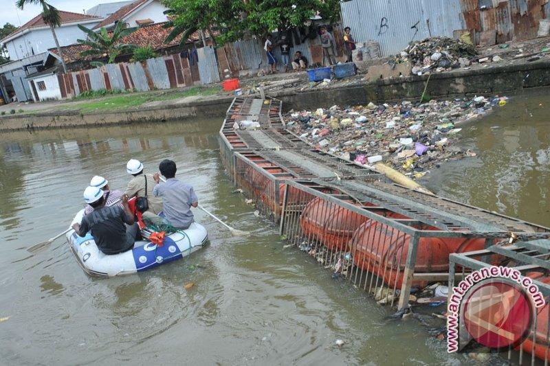 Sejumlah masyarakat OKU masih membuang sampah di sungai