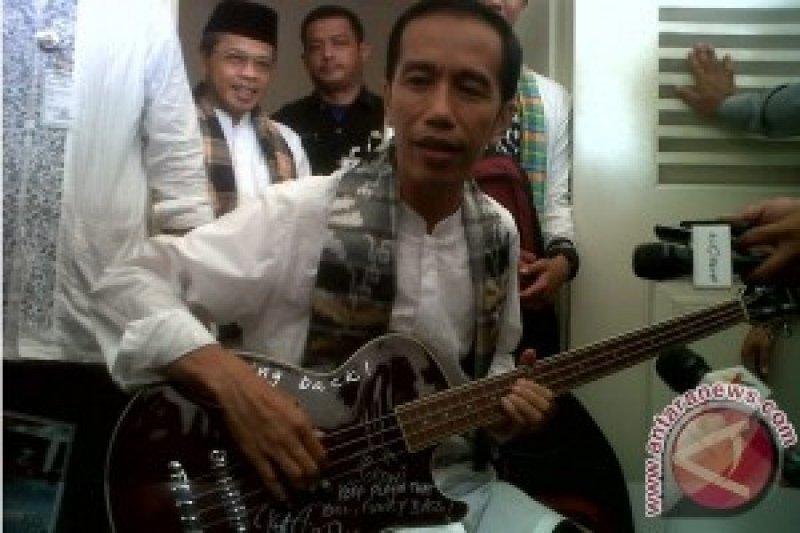 """Jokowi """"Kecewa """" Gitar Dari Metallica Termasuk gratifikasi"""