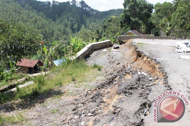 Warga Banjarnegara diimbau waspadai rekahan tanah