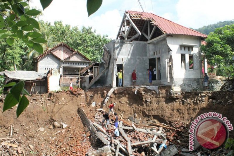 Sembilan rumah rusak akibat tanah longsor di Trenggalek